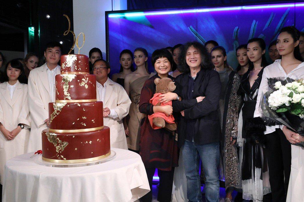 設計師陳季敏(中)和藝術總監郭英聲及品牌團隊於30周年活動合影。圖/JAMEI ...