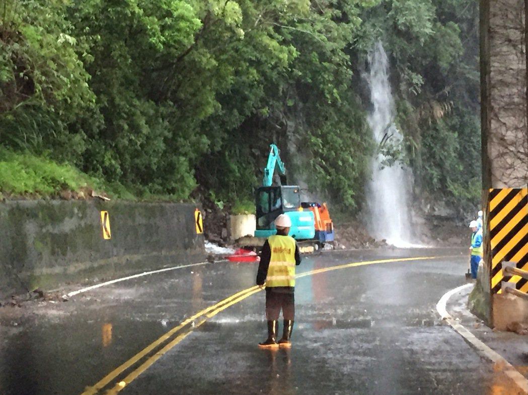 受到颱風外圍環流影響,宜蘭山區降下超大豪雨, 宜蘭台7線沿途山壁不時出現小瀑布。...