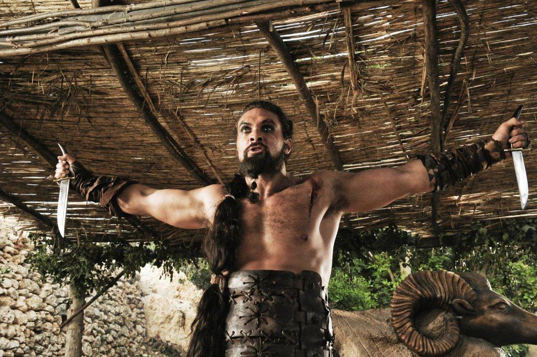 傑森摩莫亞在「冰與火之歌:權力遊戲」演馬王卓戈。圖/摘自imdb