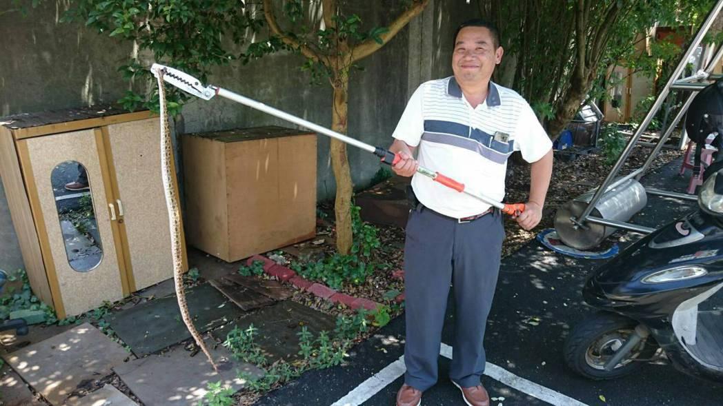 桃園市2年前起首創運用義消人力,成立桃園捕蜂捉蛇工作大隊,成員現有350人。圖/...