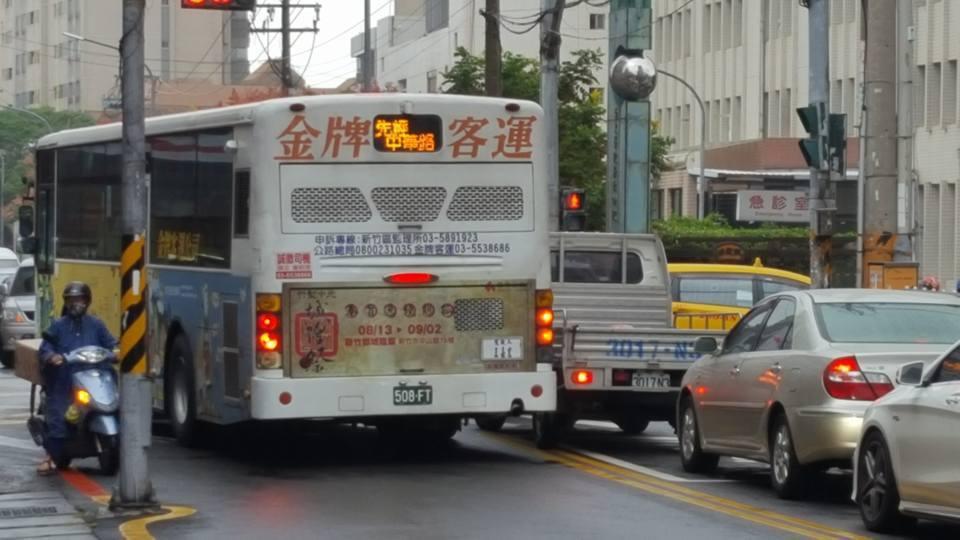 新竹金牌客運行經台大新竹分院旁的急診室,外切到對向車道,被路過的網友全都錄po網...