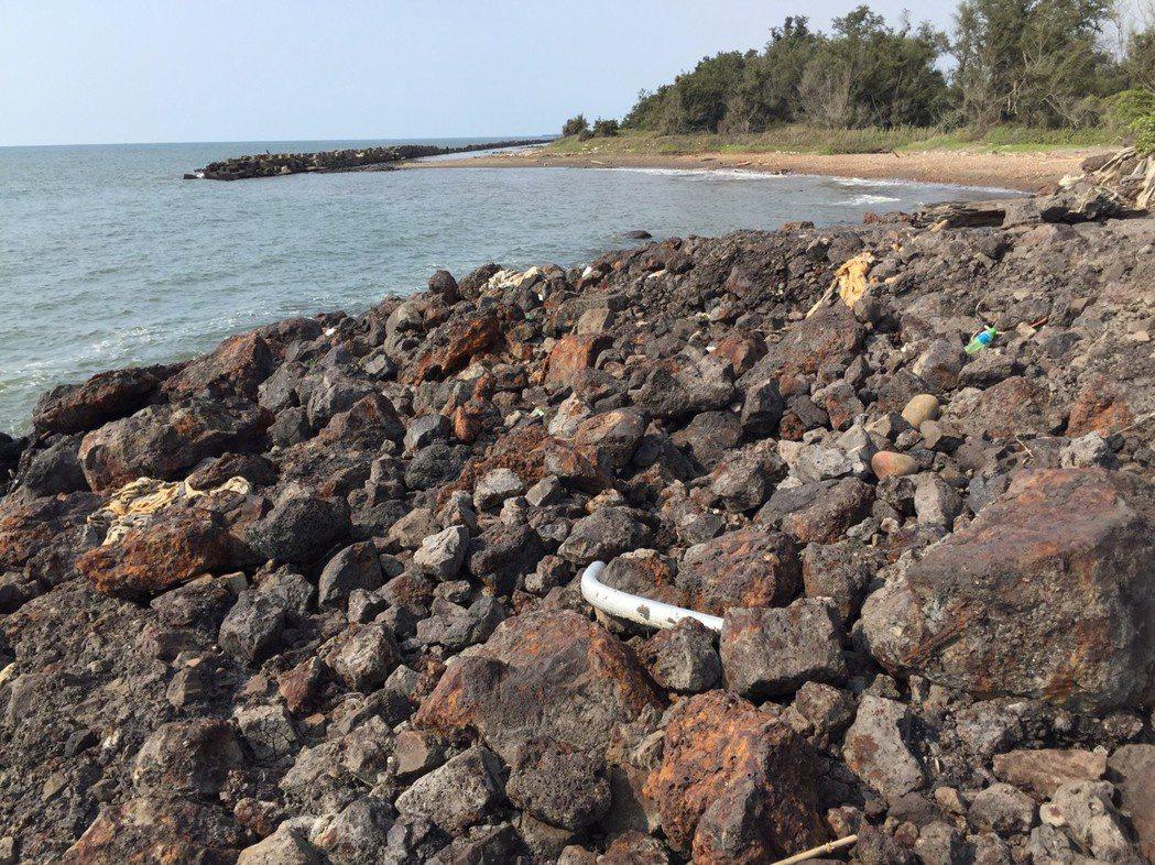 新竹最毒海岸線日前遭踢爆,被棄置太空包集塵灰有害事業廢棄物。環保署日前到新豐海岸...