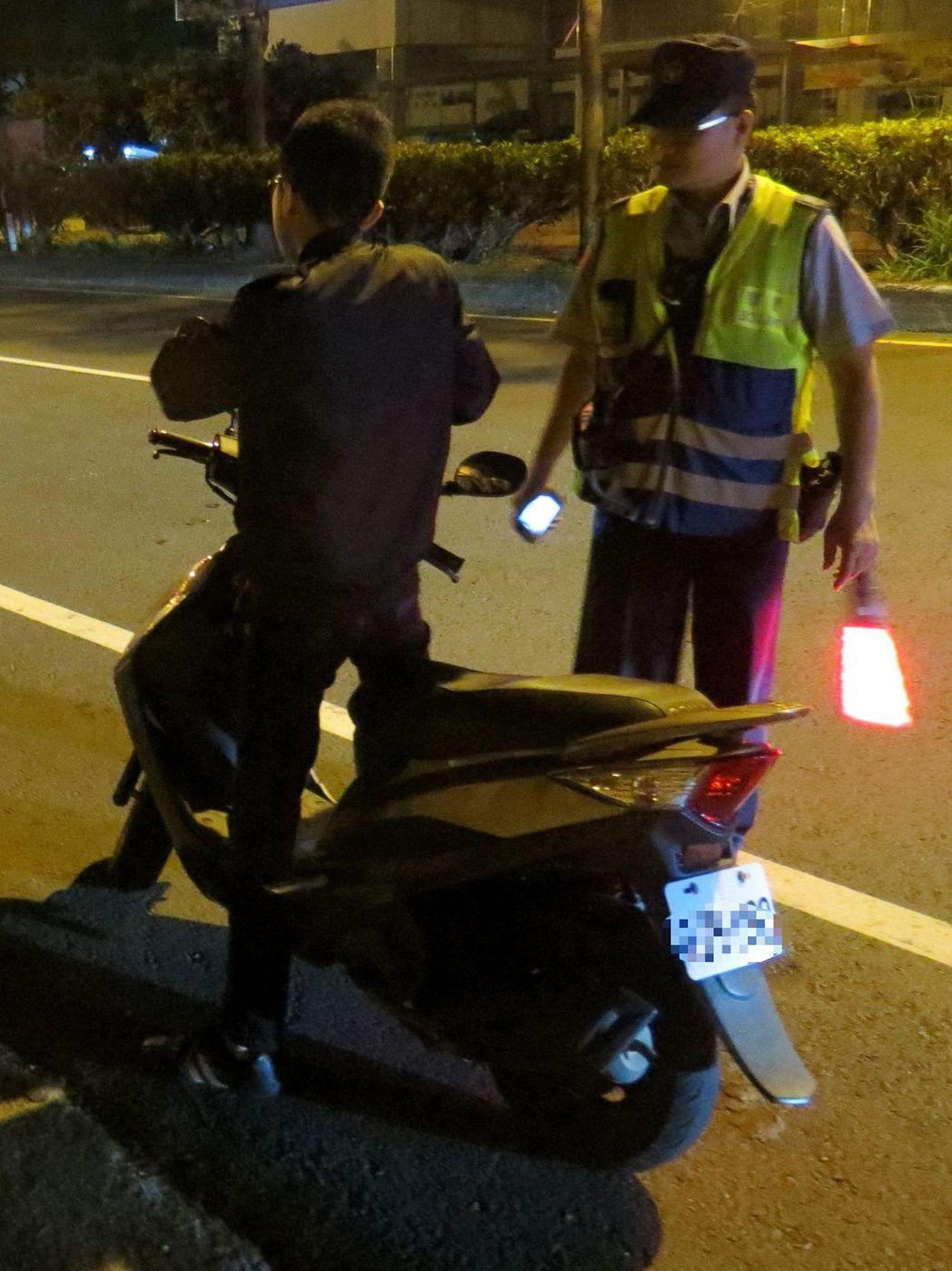 外勞交通違規日增,警方加強路口路邊攔查取締。記者周宗/攝影