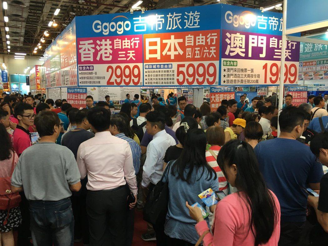 台中國際觀光旅展開展首日,即吸引上萬民眾湧入會場搶便宜,把會場擠得水洩不通。記者...