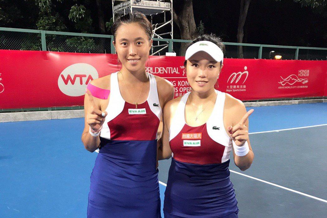 詹家姊妹詹詠然(右)、詹皓晴(左)晉級香港女網賽女雙決賽。 圖/劉雪貞提供