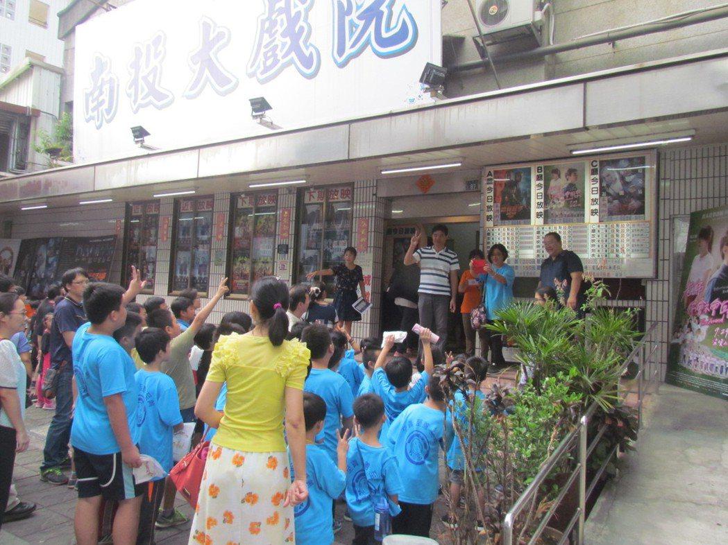 南投戲院今天上午包場,邀中寮鄉民和學童一起觀看電影「老師你會不會回來」。記者張家...