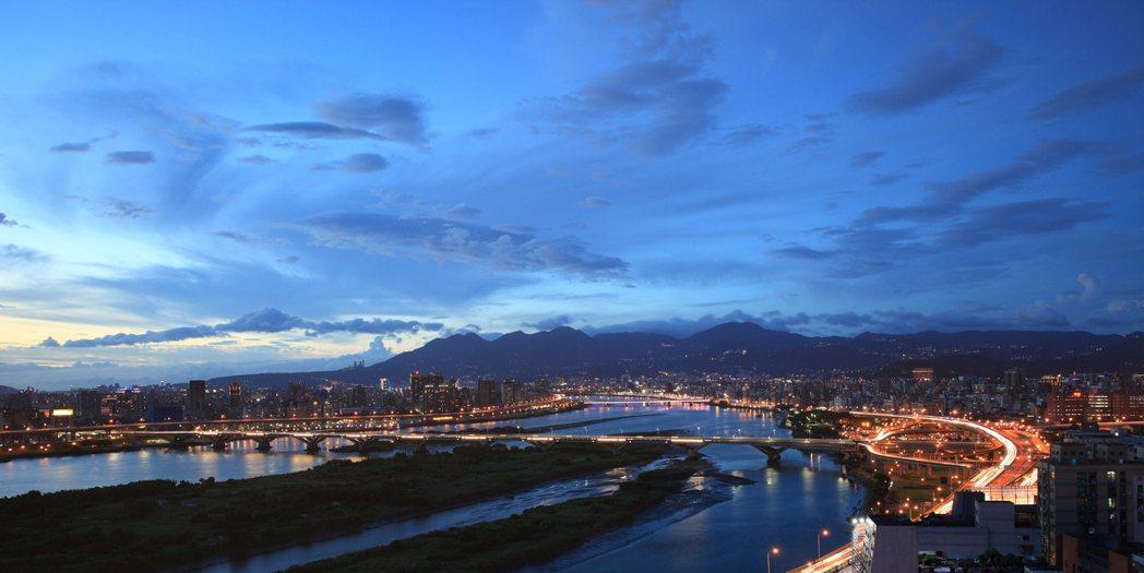 「全坤雲峰」擁有西門町水岸第一排景觀,更坐擁俯瞰千米寬度河景視野,雙十連假成為台...