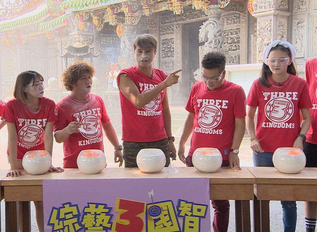 王少偉玩吹乒乓球技高一籌。圖/台視提供