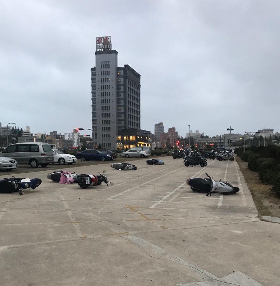 澎湖南海遊客中心旁停車場,機車被風吹倒一堆。圖╱林志賢提供