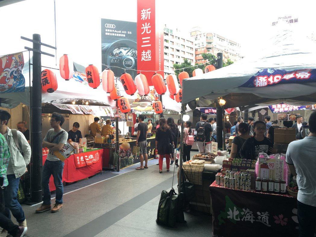 首次在新光三越台中店一樓廣場舉辦的戶外屋台村,邀請日本人氣排隊拉麵名店及熱情小吃...