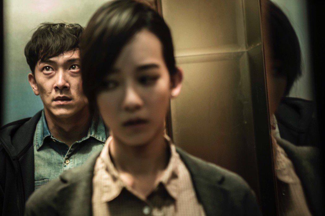 「麻醉風暴2」戲中,孟耿如在電梯遇炸彈客。圖/公視提供