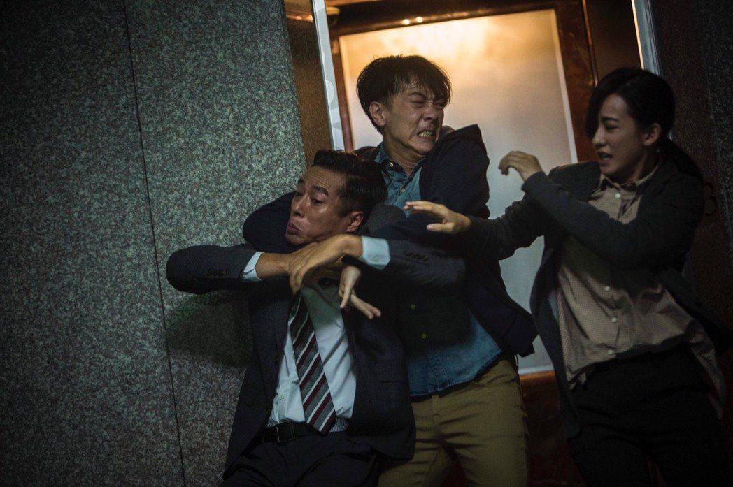 「麻醉風暴2」孟耿如(右起)、施名帥、莊凱勛電梯前起肢體衝突。圖/公視提供