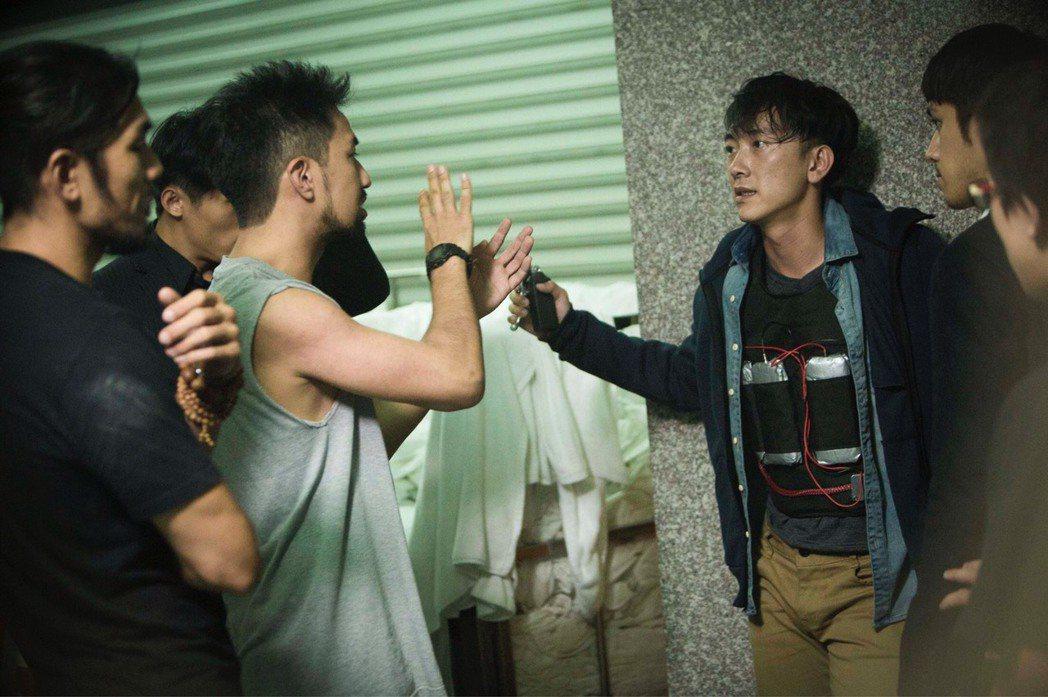 施名帥(右)詮釋炸彈客,黃健瑋來探班。圖/公視提供