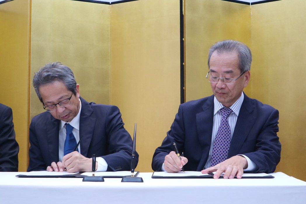 台農發董事長陳郁然(右)與日本Farmind株式會社長社崛內達生(左)在東京簽署...