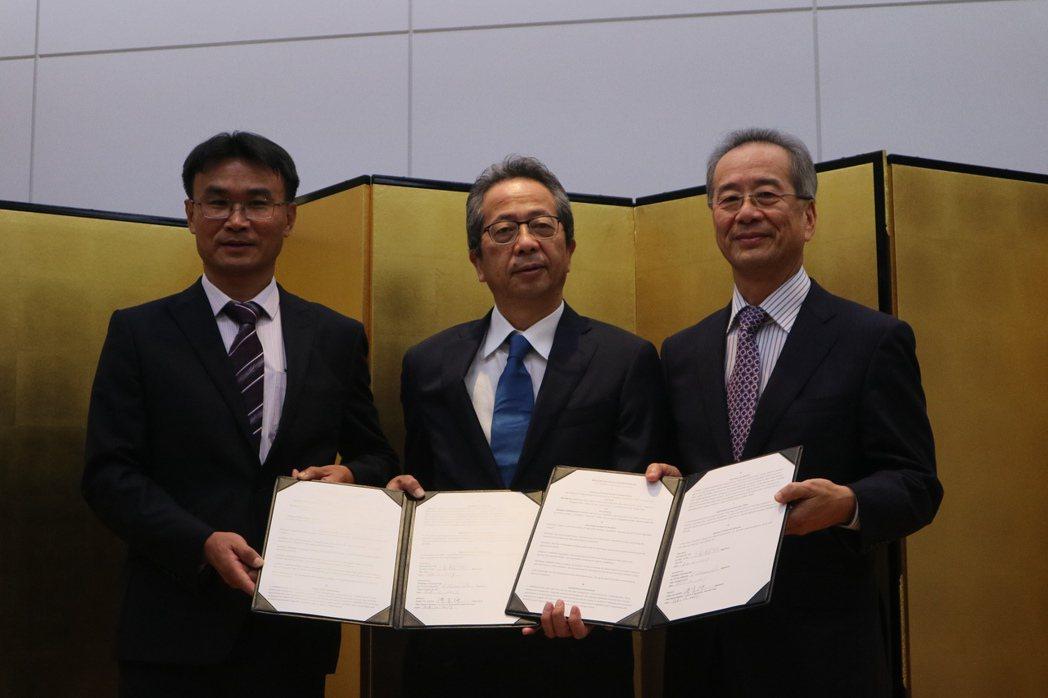 農委會副主任陳吉仲(左)見證下,台農發董事長陳郁然(右)與日本Farmind株式...