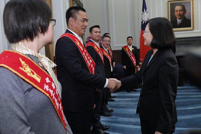 蔡英文總統接見十大傑出青年。圖/總統府提供