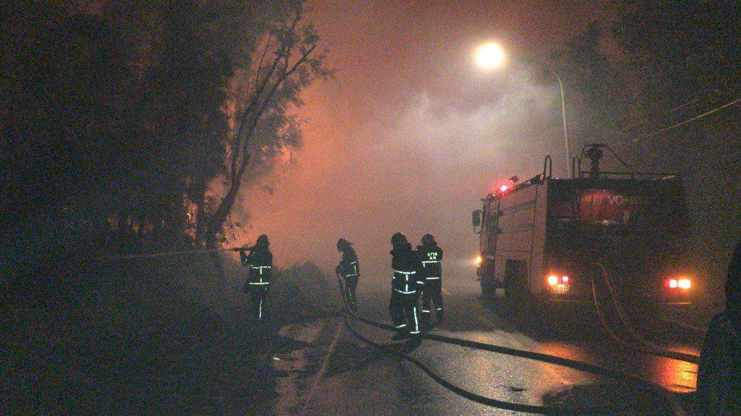 金門金湖鎮新塘、料羅新村一帶今天傍晚傳出森林火警,全金門的消防車幾乎都出動救災。...