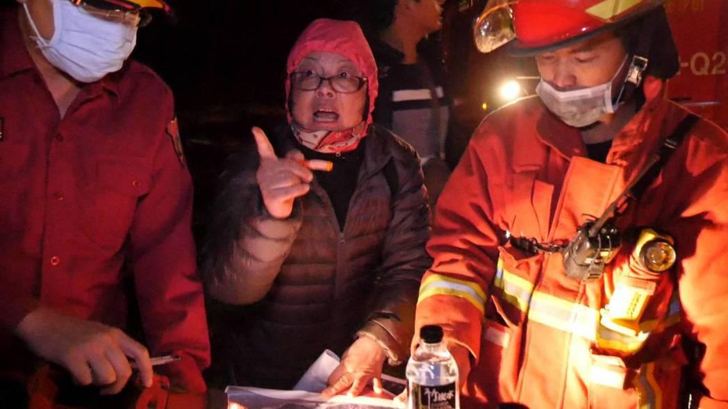 金門傳出森林火警,林務所長葉媚媚(中)第一時間也趕往現場協助救災。記者蔡家蓁/攝...