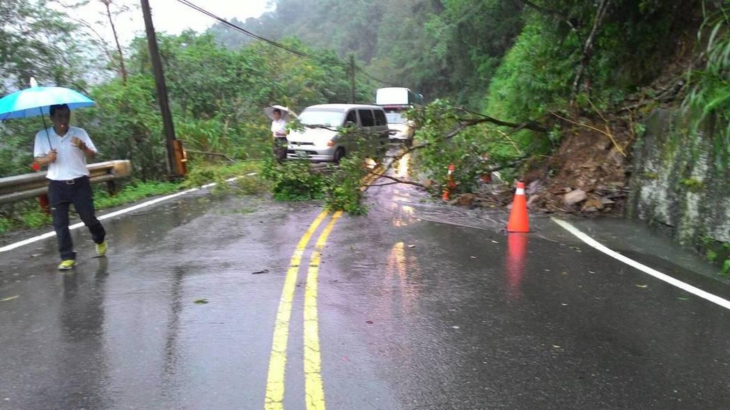 豪雨影響,太平山宜專一線道路有落石。圖/羅東林區管理處提供