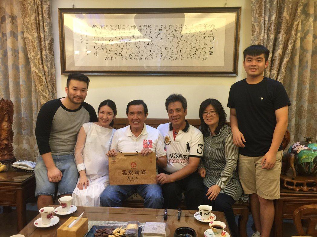 馬英九今晚造訪金門知名的馬家麵線,與董事長馬志亮夫婦閒話家常,並為他們簽名留念。...