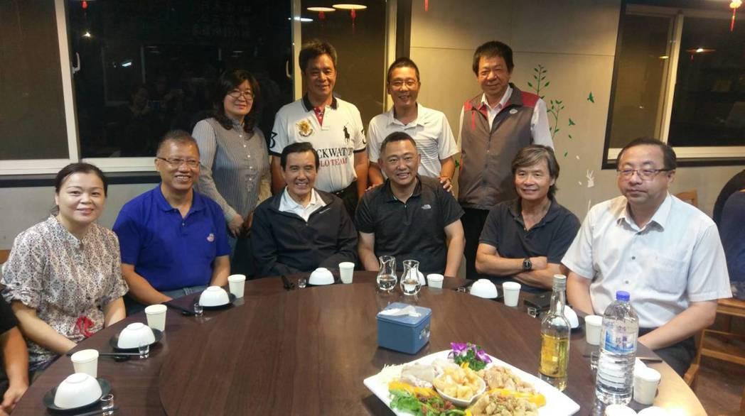 前總統馬英九(前排左3)今天提前抵達金門,晚間與地方人士餐敘。記者蔡家蓁/攝影