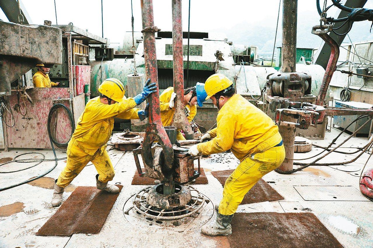 受一例一休、工時限縮影響,中油今年擴大招募雇員,名額達1388名,較去年增加近8...