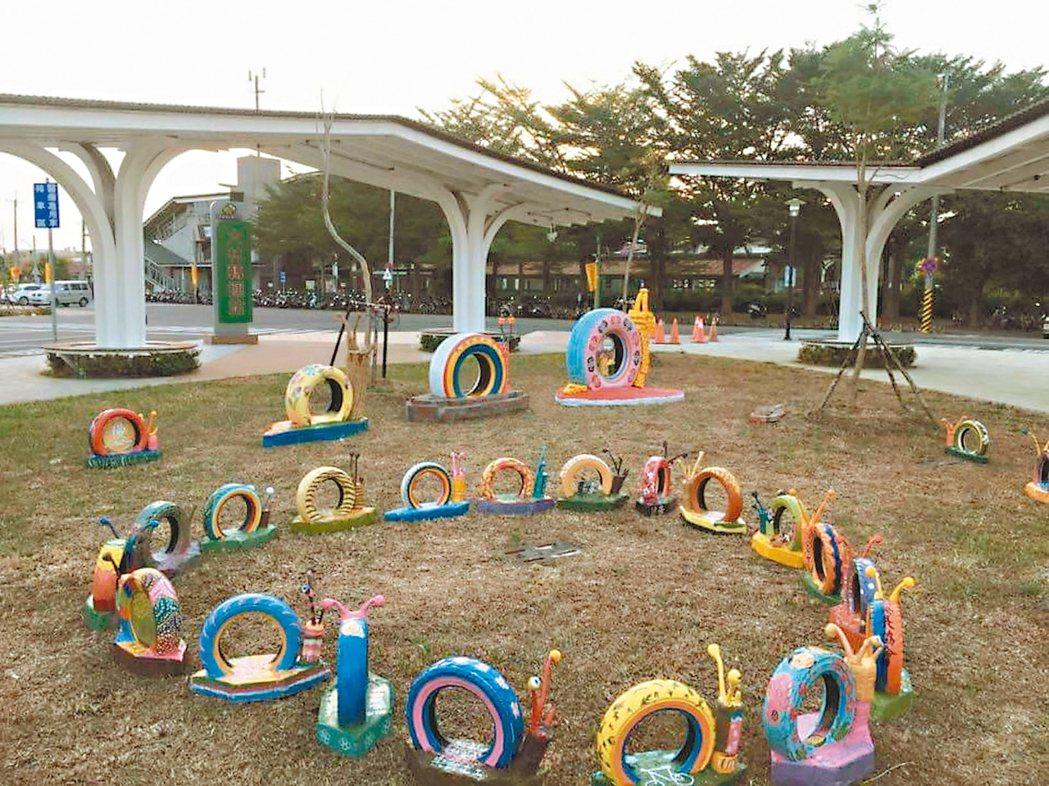 大林樂齡中心學員和志工以廢輪胎做成蝸牛象徵大林慢城。 圖/大林鎮公所提供