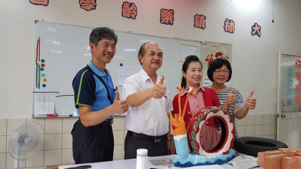 大林鎮代理鎮長葉和平(左二)感謝樂齡中心和志工們。 圖/大林鎮公所提供