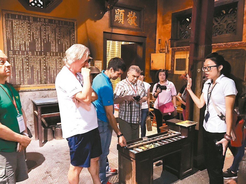台南英語導覽員向外籍遊客解說寺廟拜拜流程。 圖/台南市第二官方語言專案辦公室提供