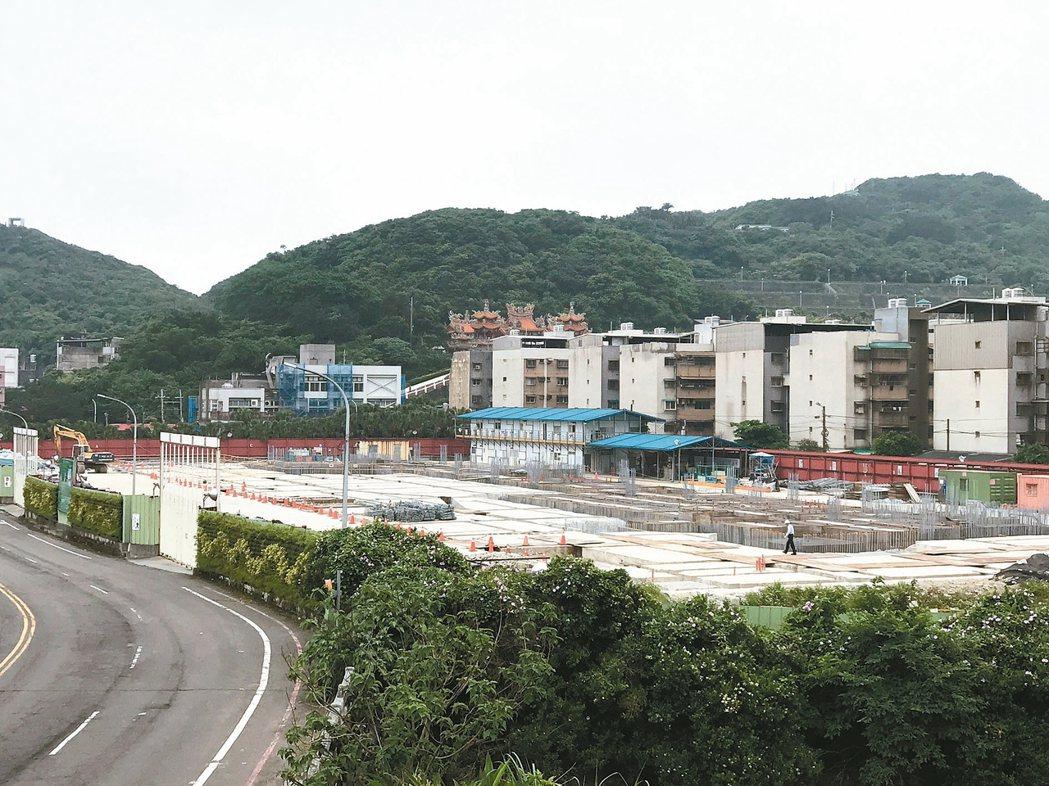 海科館水族館本該在五月十三日完工啟用,但啟用日卻仍是工地,至今主建築還是沒進展。...