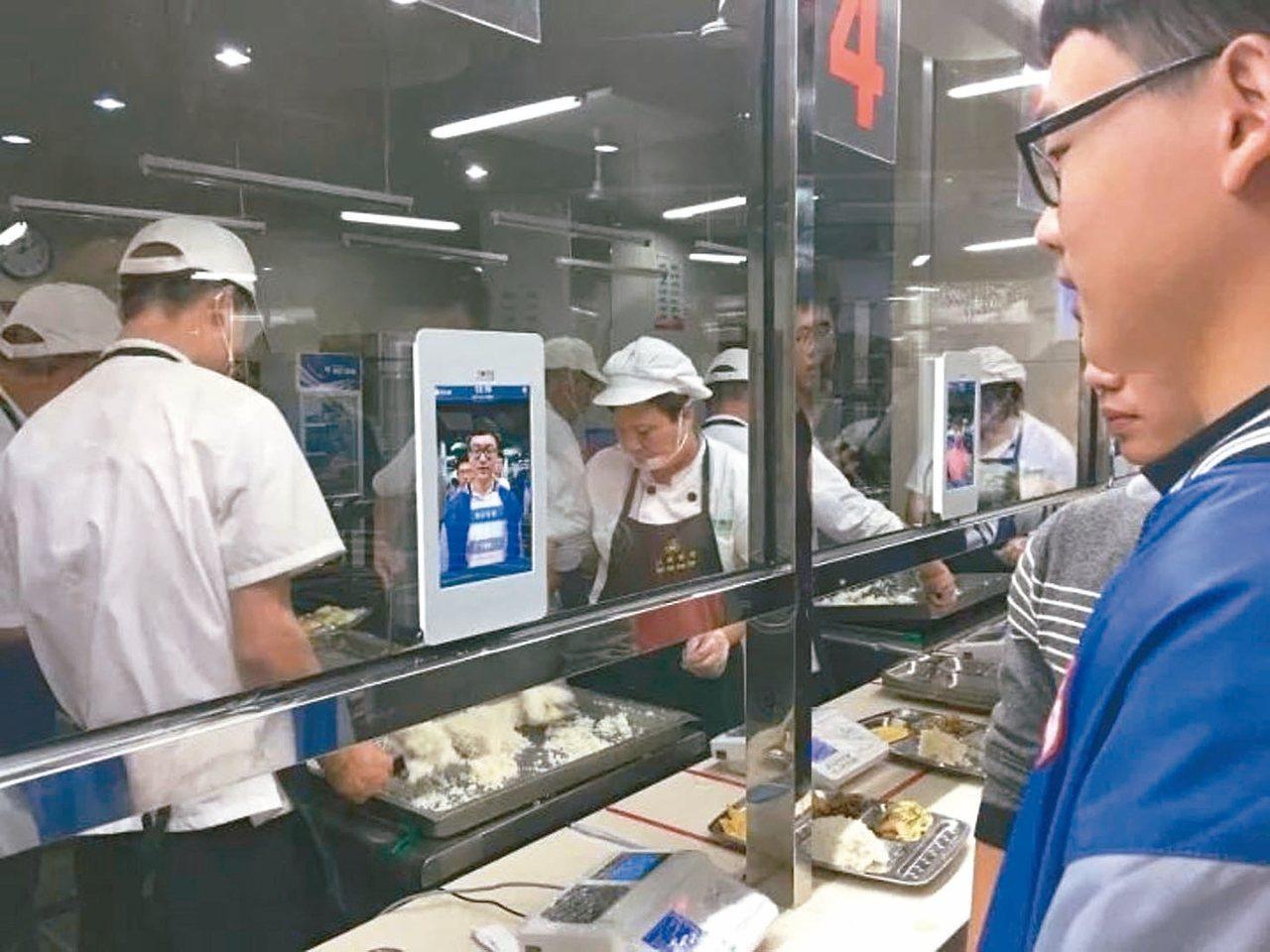 杭州第十一中學推「智慧食堂3.0版」,學生用餐時刷臉,身分就能被識別出來,結帳取...