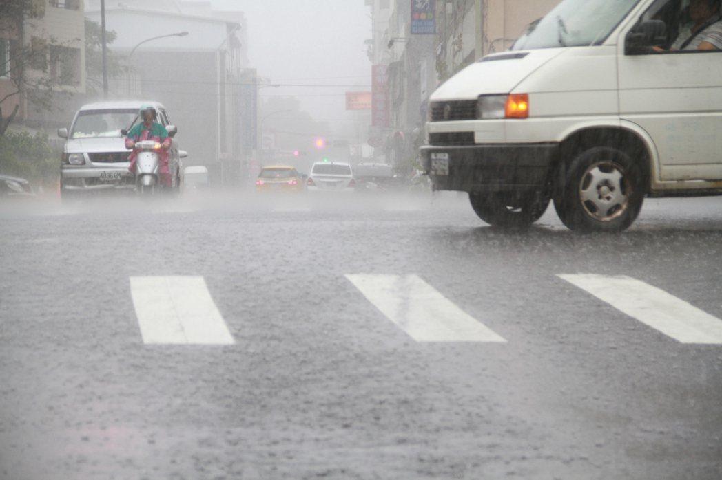 宜蘭昨天豪雨,雨勢驚人。記者羅建旺/攝影