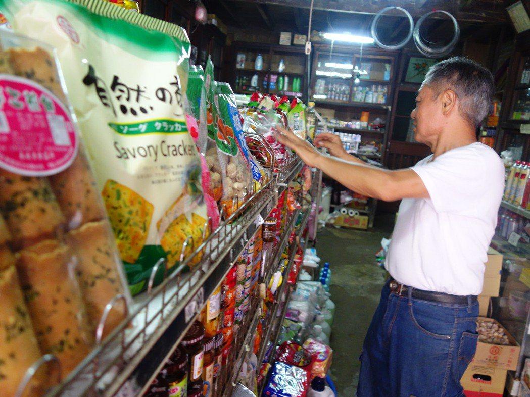 新竹關西馬武督的「榮興商店」,賣的物品種類繁多,老闆鄔金中笑說「可能比百貨公司還...