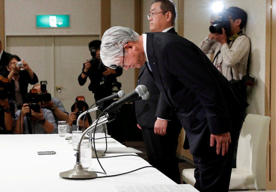 神戶製鋼所品管數據造假風暴擴及至全球,圖為社長川崎博也鞠躬道歉。 路透