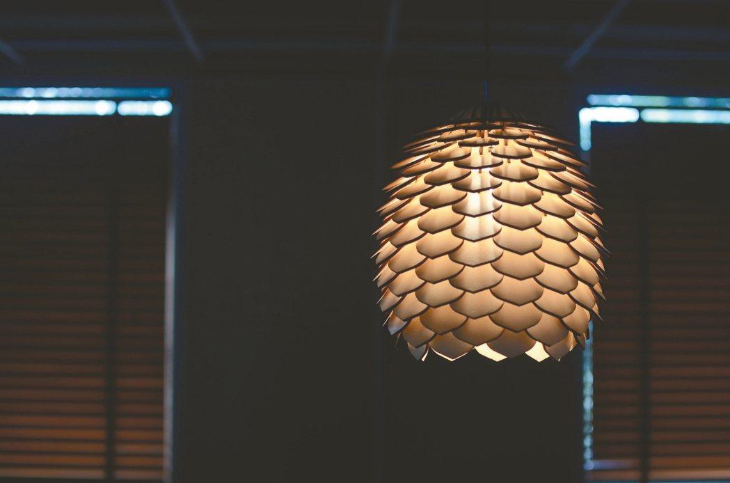 由原木百葉片片堆疊而成,散發溫暖光芒的松果燈。 台北設計建材中心/提供