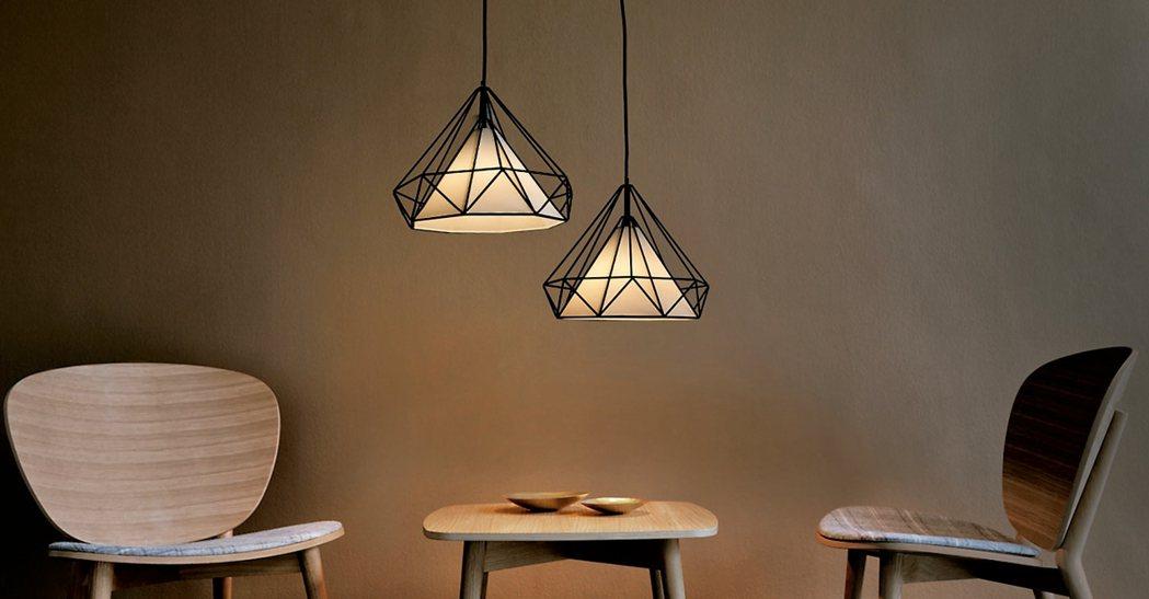 具有時尚風格的鑽石線吊燈。 18PARK流行燈飾傢飾/提供