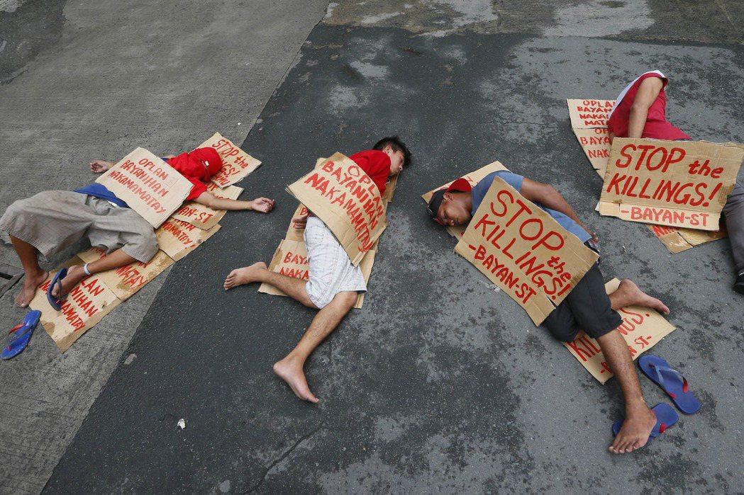 菲律賓4名行動表演者演出菲國暴力掃毒的一幕。菲國暴力掃毒導致數千人死亡,注射吸毒...