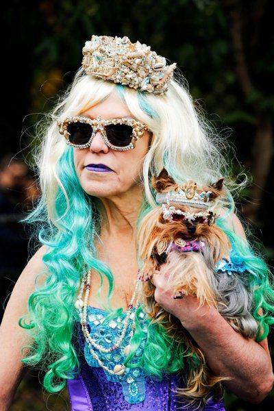 圖為一位紐約市民和寵物盛裝參加萬聖節慶典。 (路透)