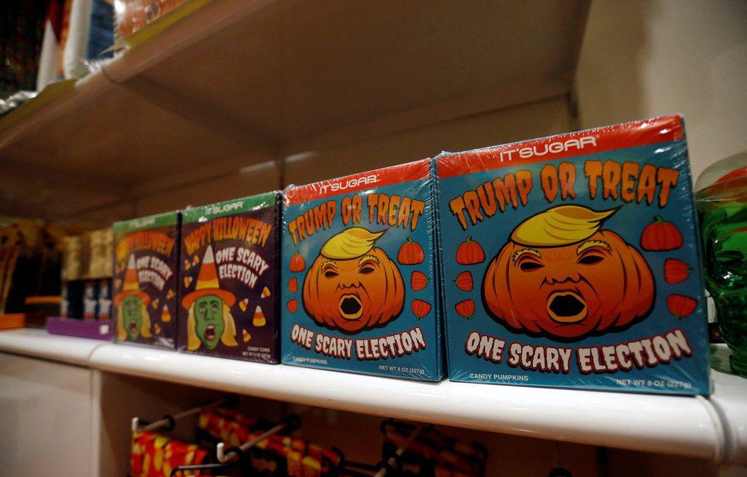 去年萬聖節正逢美總統大選前一周,出了許多川普跟希拉蕊的惡搞商品,圖為川普南瓜糖。...