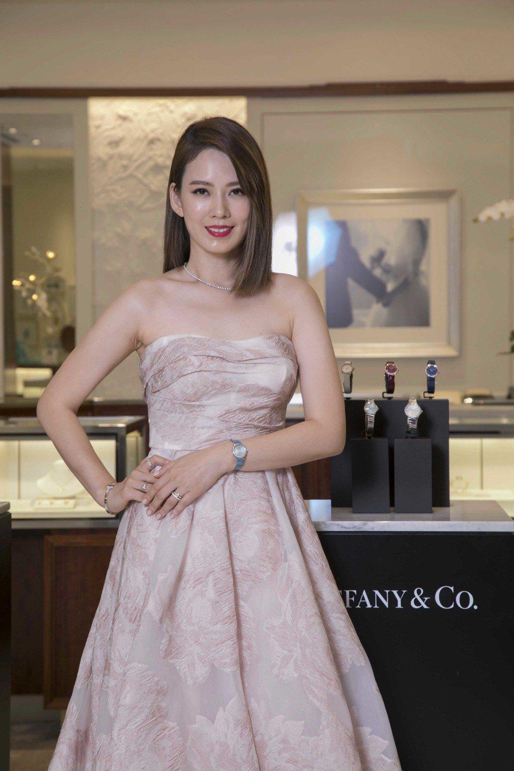 Melody配戴Tiffany全新的Tiffany Metro系列冰藍色腕表。圖...