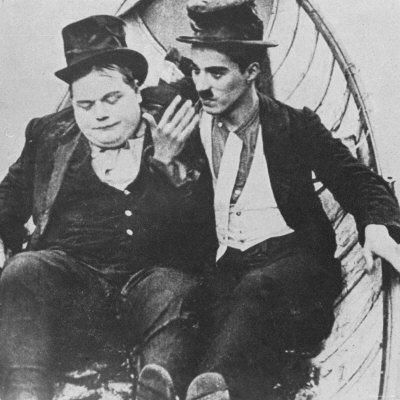 羅斯柯阿爾巴可(左)常在開士東喜劇短片中與卓別林搭檔。圖/摘自flavorwir...