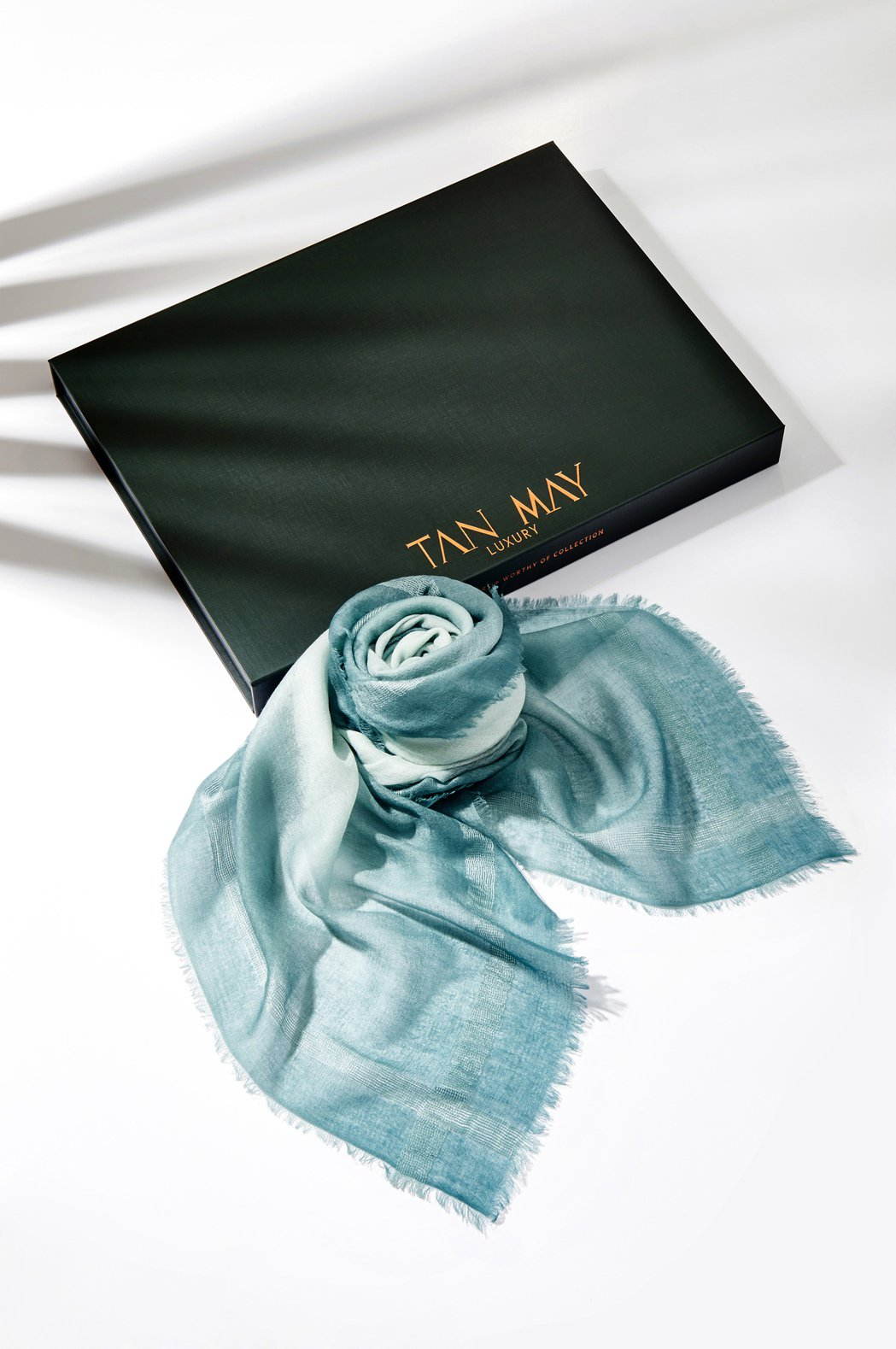 TAN MAY經典邊蠶絲緞染湖水綠羊絨方巾。圖/TAN MAY提供