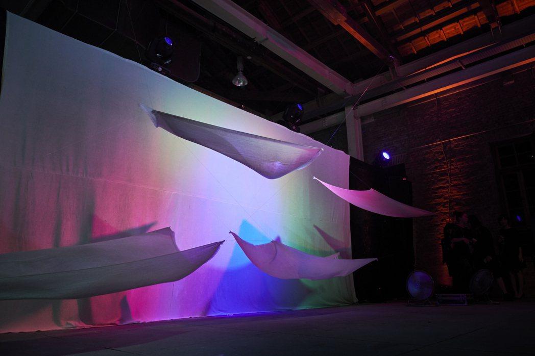 藝術家劉辰岫以TAN MAY羊絨披肩打造的裝置藝術。圖/TAN MAY提供