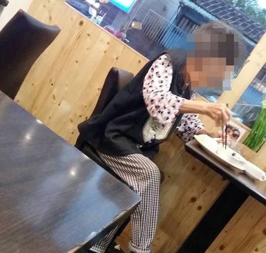 老婆婆記憶力不好,吃飯過程會一直詢問「付過錢了嗎?」。圖/取自基隆人臉書