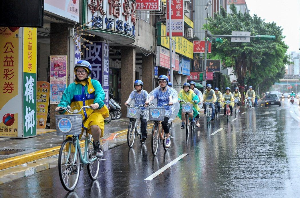 「惜糧愛農」自行車活動,共有三千位民眾分別自12個起點同時出發,並於終點苗栗縣政...