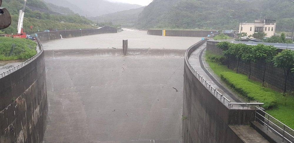 受颱風外圍雲系及東北季風共伴影響,基隆河上游山區累積平均雨量突破300毫米,為降...