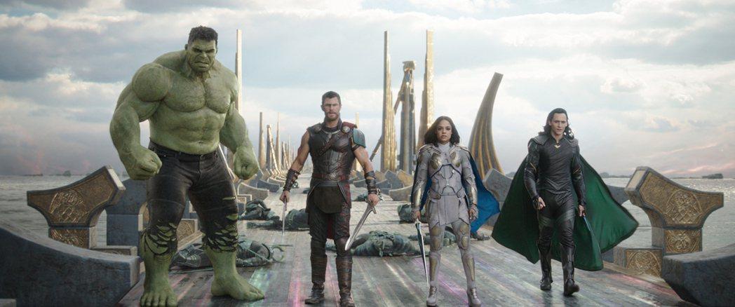 「浩克」馬克魯法洛(左起)、「雷神索爾」克里斯漢斯沃、「女武神」泰莎湯普森及「洛