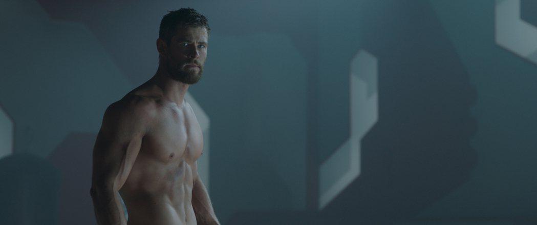 擁有性感壯碩身材的克里斯漢斯沃,這一回在「雷神索爾3:諸神黃昏」中大秀肌肉。圖/...