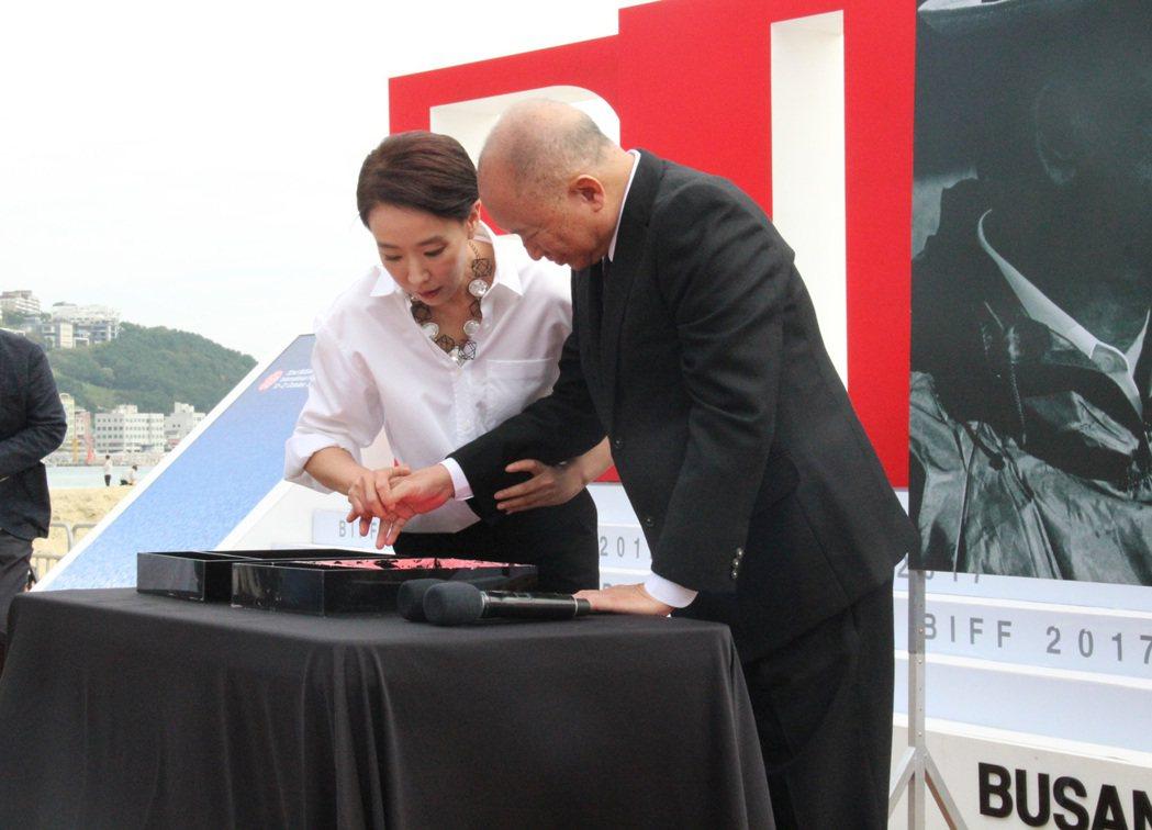 姜受延引導吳宇森蓋手印。圖/華映提供