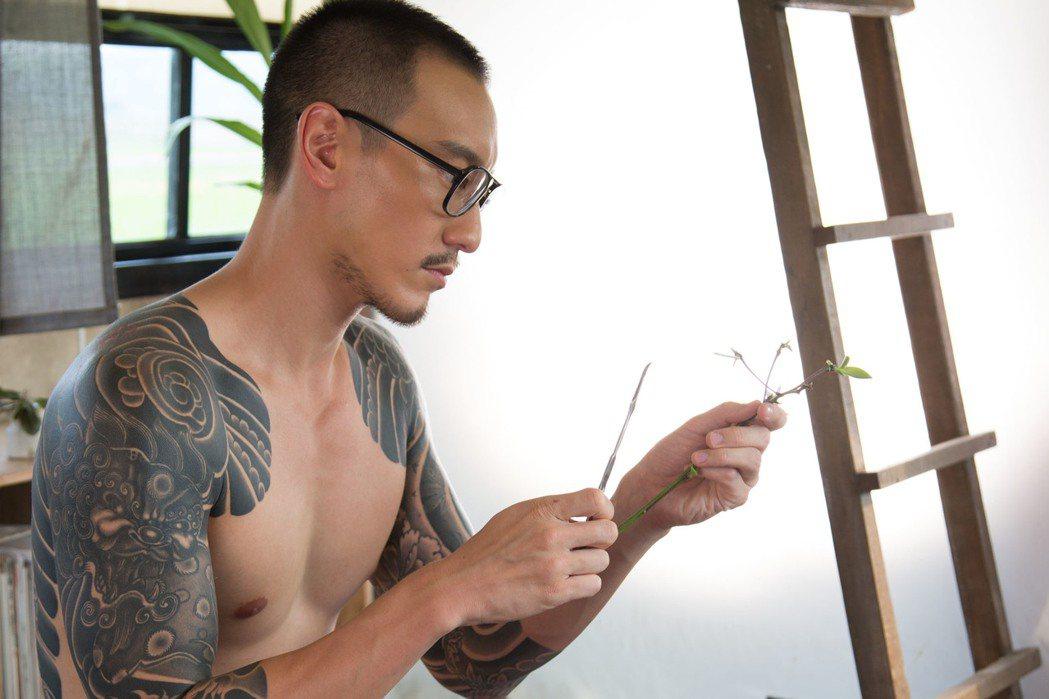 王陽明在「盜命師」不時露上半身,秀出大片刺青。圖/穀得提供